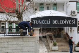 Tunceli'de komünist başkan, belediye önündeki duvarı yıktırdı